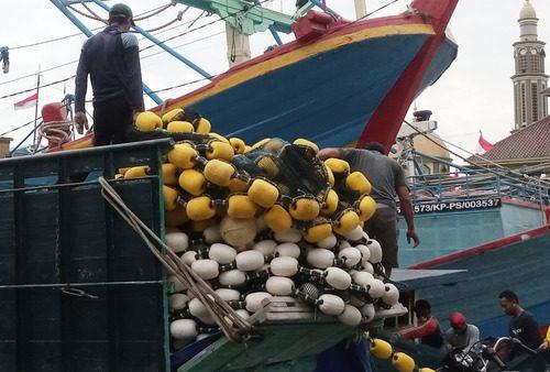 ILUSTRASI: Aktifitas warga Desa Bajomulyo, Kecamatan Juwana saat menyiapkan kapalnya sebelum melaut. (IBNU MUNTAHA/LINGKAR.CO)