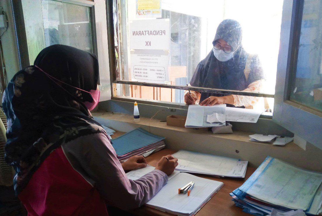 ILUSTRASI: Petugas administrasi Kecamatan Tayu sedang melayani warga yang melakukan permohonan berkas. (IBNU MUNTAHA/LINGKAR.CO)