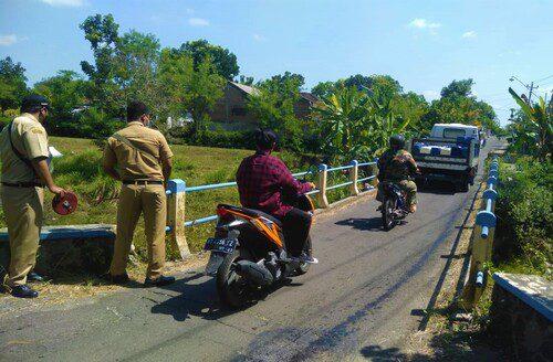 MELINTAS: Sejumlah pengendara sedang melintasi Jembatan Bendrogeni di Kawasan Desa Celep, Kecamatan Kedawung, Kabupaten Sragen. (MUKHTARUL HAFIDH KORAN LINGKAR JATENG/LINGKAR.CO)