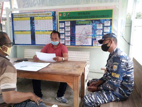 ILUSTRASI: Pemdes Bajomulyo sedang berkoordinasi dengan anggota TNI AL. (IBNU MUNTAHA/LINGKAR.CO)