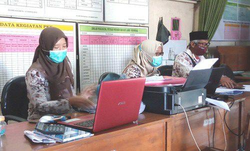 ILUSTRASI: Aktivitas perangkat pada balai desa. (IBNU MUNTAHA/LINGKAR.CO)