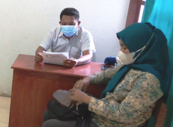 PERIKSA: Perangkat Desa Kebolampang, Kecamatan Winong sedang melayani masyarakat yang mengajukan permohonan surat pengantar dari desa. (IBNU MUNTAHA/LINGKAR.CO)