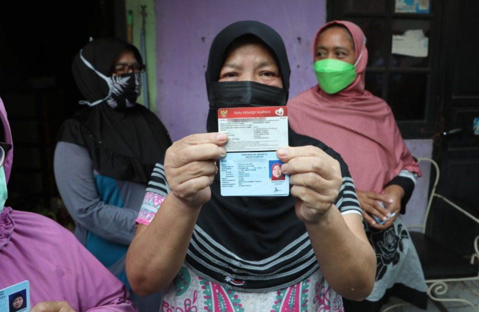 Seorang warga memperlihatkan kartu penerima bansos, saat Mensos, Tri Rismaharini, melakukan pengecekan langsung kepada Keluarga Penerima Manfaat (KPM) di Tangerang, Rabu (28/7/2021). FOTO: Dok. Kemensos/Lingkar.co