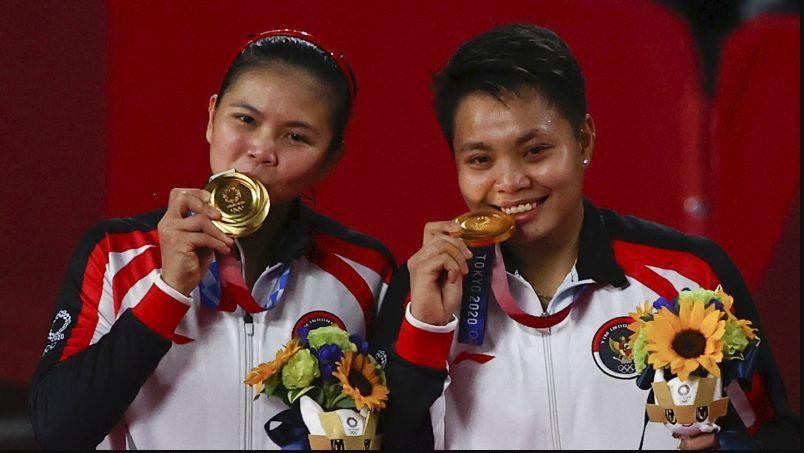 Greysia Polii/Apriyani Rahayu (Indonesia), sukses meraih emdali emas sektor ganda putri buliutangkis Olimpiade Tokyo 2020, Senin (2/8/2021). FOTO: Reuters/Lingkar.co