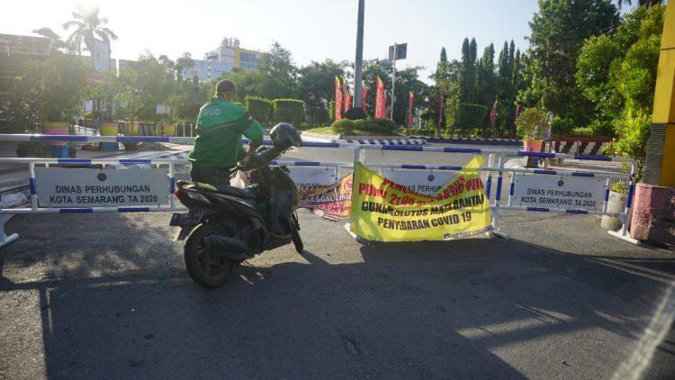 Penutupan ruas jalan di Kota Semarang, beberapa waktu lalu. Pemerintah kembali memperpanjang kebijakan PPKM Level 4 hingga 9 Agustus 2021. FOTO: Dinda Rahmasari Tunggal Sukma/Lingkar.co
