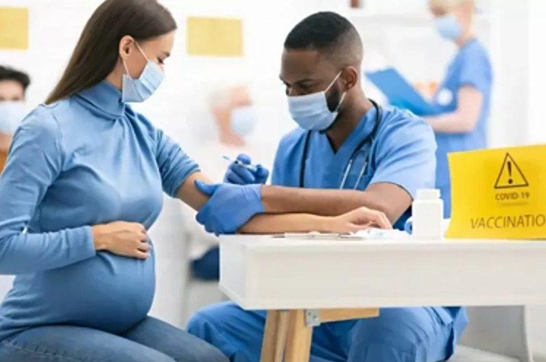Kemenkes mengizinkan pemberian vaksinasi Covid-19 kepada ibu hamil. FOTO: Shutterstock/Lingkar.co