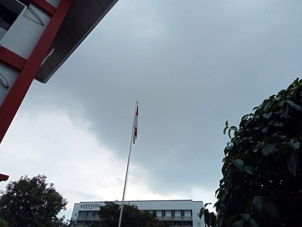Cuaca mendung pada siang hari di Kota Semarang. BMKG sebut Jateng sedang dilanda kemarau basah. FOTO: Dinda Rahmasari Tunggal Sukma/Lingkar.co