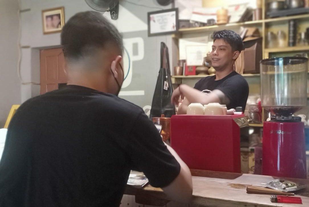Zeric Antamal, Barista sekaligus Pemilik dari Zezee Coffee House Semarang. REZANDA AKBAR D/LINGKAR.CO