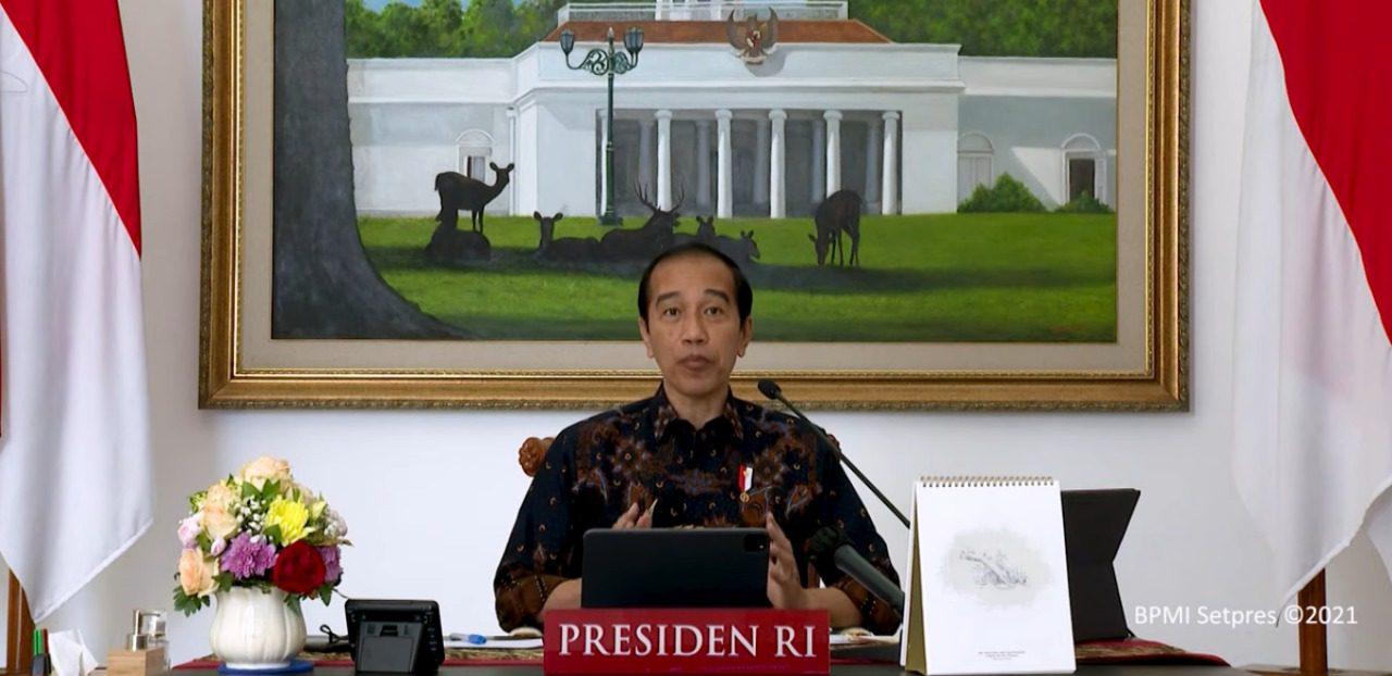 Presiden Jokowi, saat memimpin rapat terbatas tentang evaluasi perkembangan dan tindak lanjut PPKM Level 4 melalui konferensi video dari Istana Kepresidenan Bogor, Sabtu (7/8/2021) malam. FOTO: Tangkapan layar Youtube Setpres/Lingkar.co