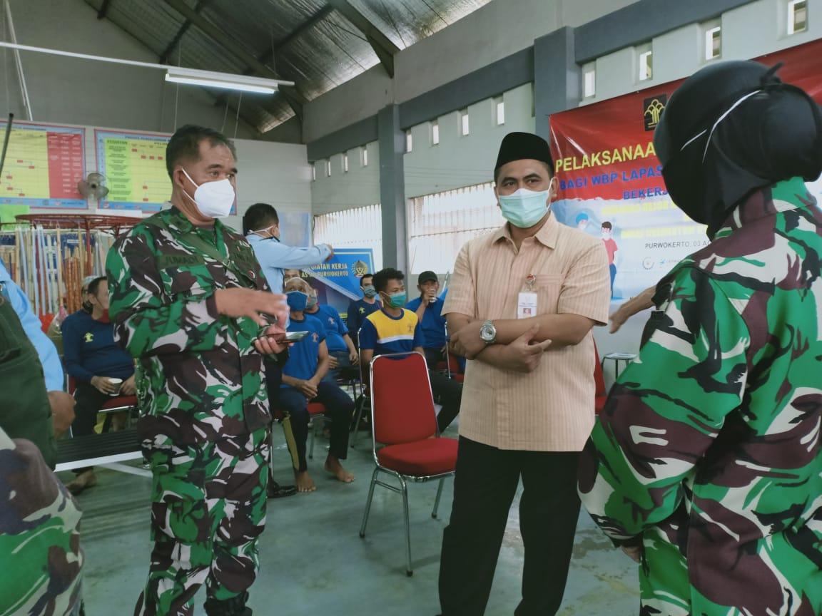 Wakil Gubernur Jawa Tengah (Wagub Jateng) Taj Yasin Maimoen (Gus Yasin) saat meninjau vaksinasi di lapas Purwokerto (3/8/2021). REZANDA AKBAR D/LINGKAR.CO
