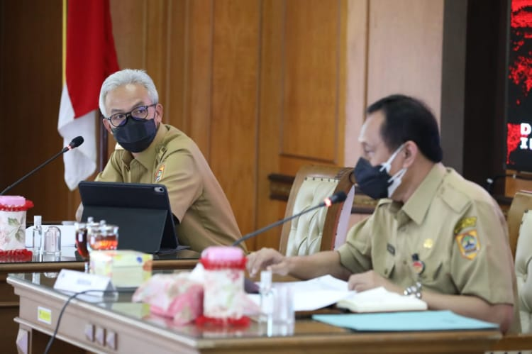 Gubernur Jawa Tengah, Ganjar Pranowo, bersama Pj Sekda Jateng, Prasetyo Aribowo dalam rapat penanggulangan Covid-19 di Gedung A lantai kedua, kompleks Pemprov Jateng, Senin (9/8/2021). FOTO: Humas/Lingkar.co