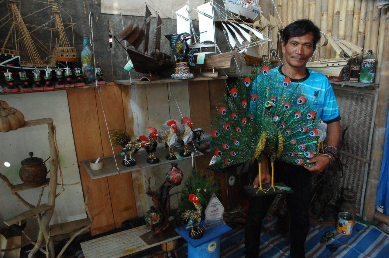 Salamun, memamerkan karya buah tangannya di rumah pondokan kayu miliknya, di Jalan Tambakrejo RT 3/XVI, Tanjung Mas, Semarang Utara, Jateng, Rabu (11/8/2021). FOTO: Dinda Rahmasari Tunggal Sukma/LIngkar.co