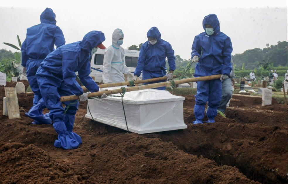 Ilustrasi, pemakaman pasien Covid-19. Tim LaporCovid-19 mencatat ada lebih 19.000 kematian tidak tercatat pada data pemerintah pusat. FOTO: ANTARA/Lingkar.co