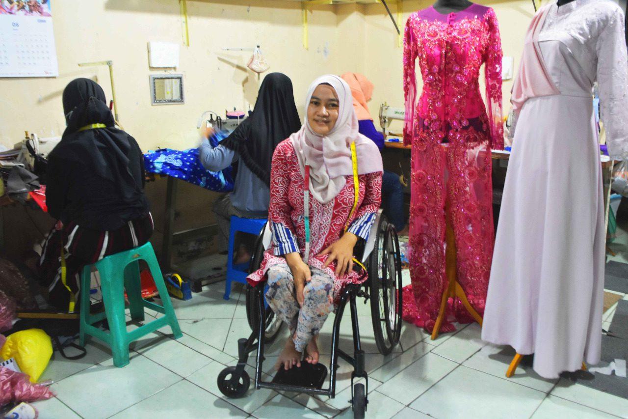 Hidayah Ratna Febriani, berfoto dengan pegawai dan busana rancangannya, di Butik Ida Modiste, Kamis (12/8/2021). FOTO: Dinda Rahmasari Tunggal Sukma/Lingkar.co