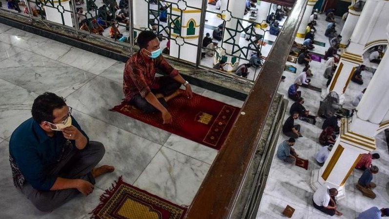 Ilustrasi masyarakat tengah melaksanakan kegiatan shalat di masjid, Pemerintah melalui Menko Marves tegaskan vaksinasi Covid-19 bukan syarat masuk tempat ibadah. FOTO: ANTARA/Lingkar.co
