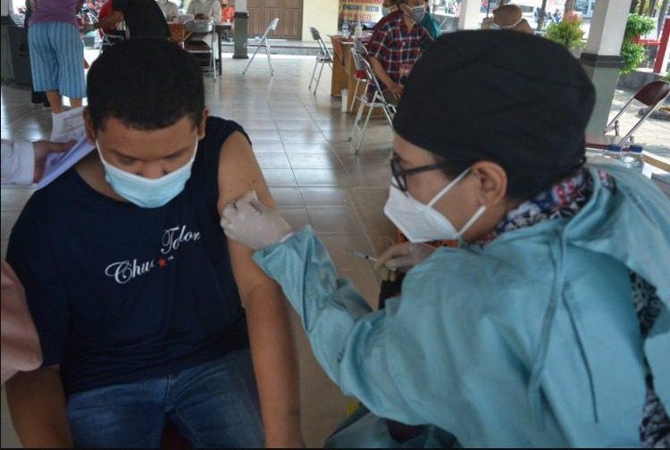 Seorang penyandang disabiliats menerima vaksin Covid-19 dosis pertama, Selasa (10/8/2021) di Taman Sobokartti, Kebonagung, Kecamatan Semarang Timur. FOTO: Dinda Rahmsasari Tunggal Sukma/Lingkar.co