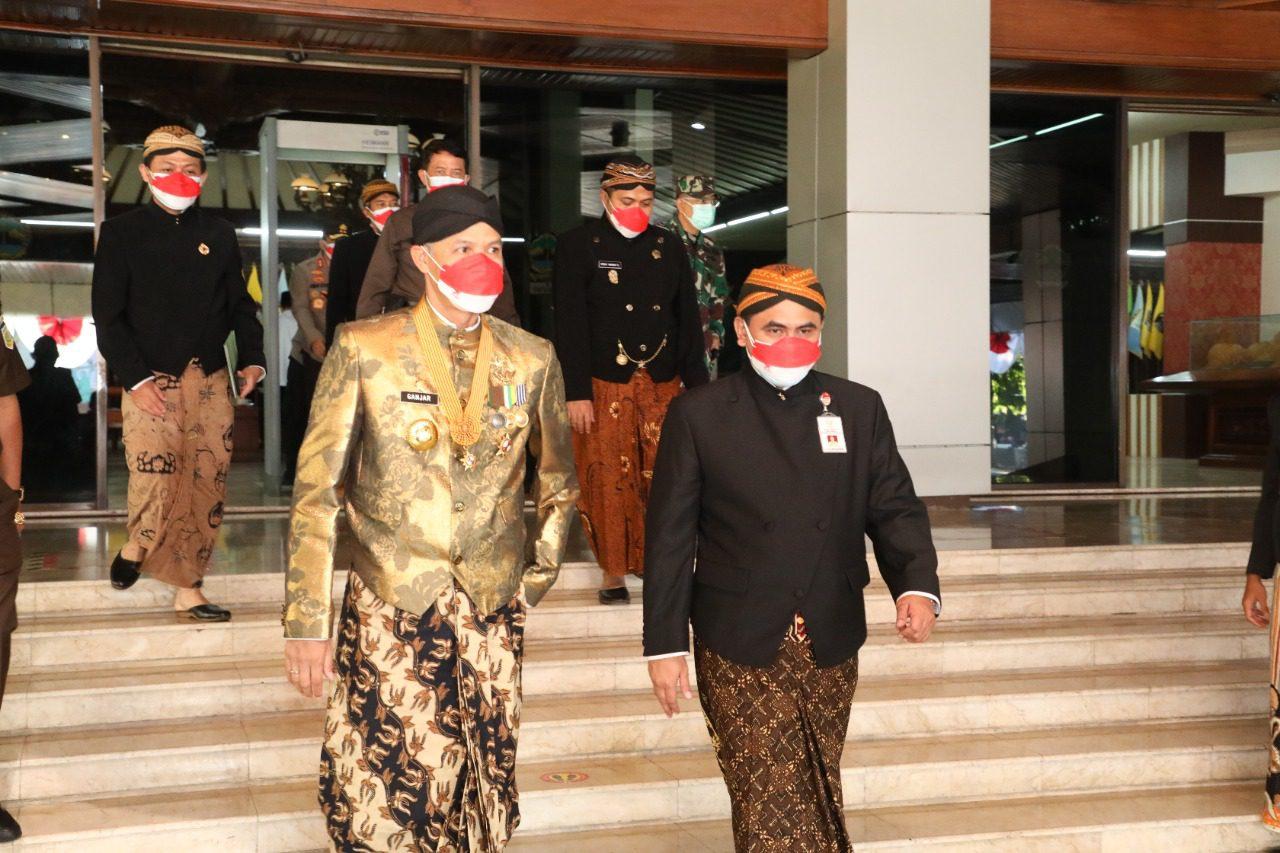 Wagub Jateng, Taj Yasin Maimoen, bersama Gubernur Jateng, saat menuju halaman kantor Pemprov Jateng, untuk mengikuti upcara peringatan HUT ke-71 Jateng, Minggu (15/8/2021). FOTO: Humas/Lingkar.co