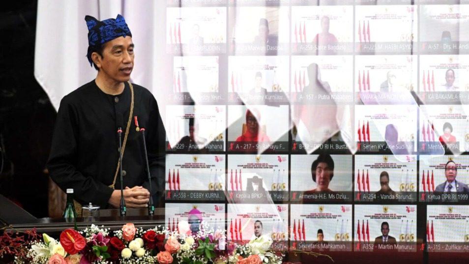 Presiden Jokowi, menyampaikan pidato pada Sidang Tahunan MPR RI tahun 2021 di Gedung Nusantara, MPR/DPR/DPD RI, Jakarta, Senin (16/8/2021). FOTO: BPMI Setpres/Lingkar.co