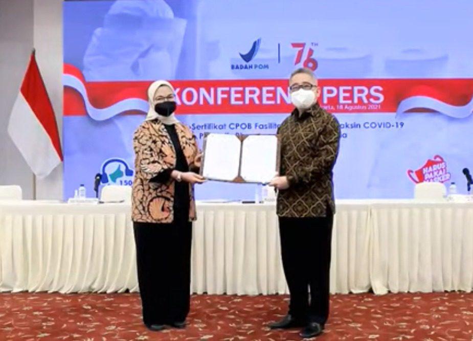 Kepala Badan POM RI, Penny K. Lukito, menyerahkan sertifikat CPOB kepada Direktur Utama PT Biotis Pharmaceutical Indonesia, FX Sudirman, dalam konferensi pers daring, Rabu (18/8/2021). FOTO: Tangkapan layar Youtube BPOM/Lingkar.co
