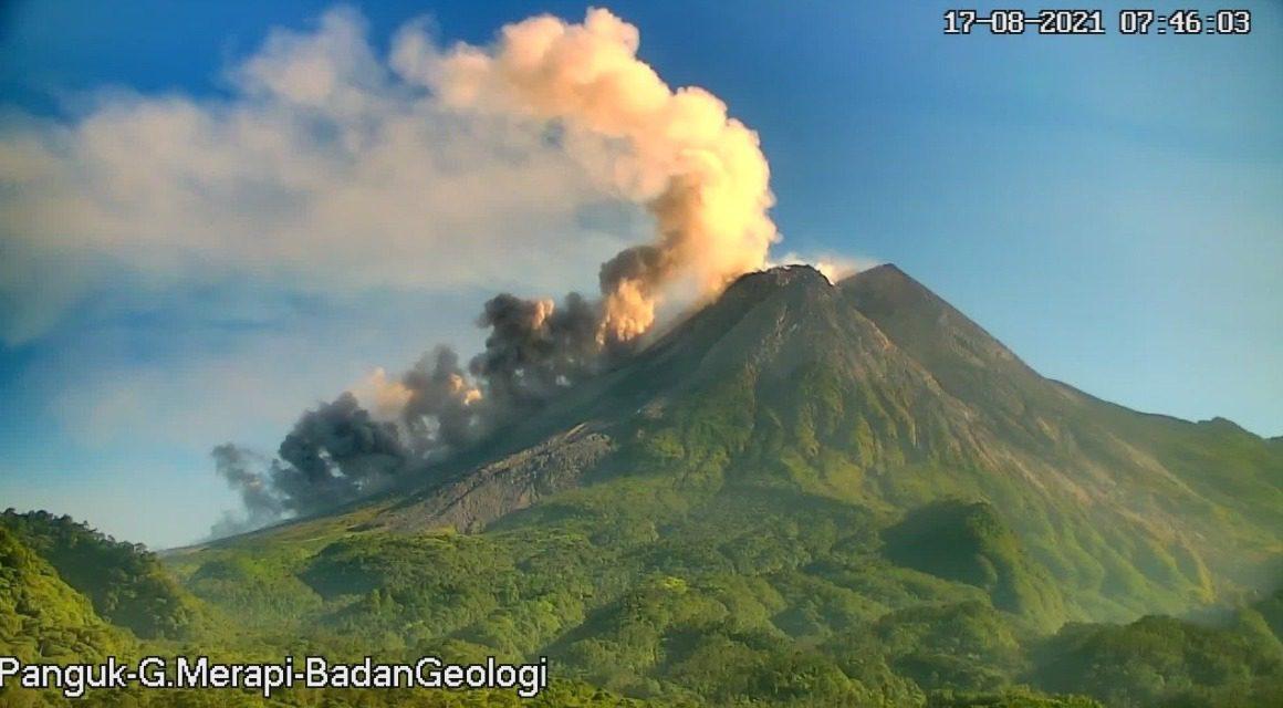 Awan panas guguran Gunung Merapi, pada Selasa (17/8/2021). FOTO: Twitter BPPTKG/Lingkar.co