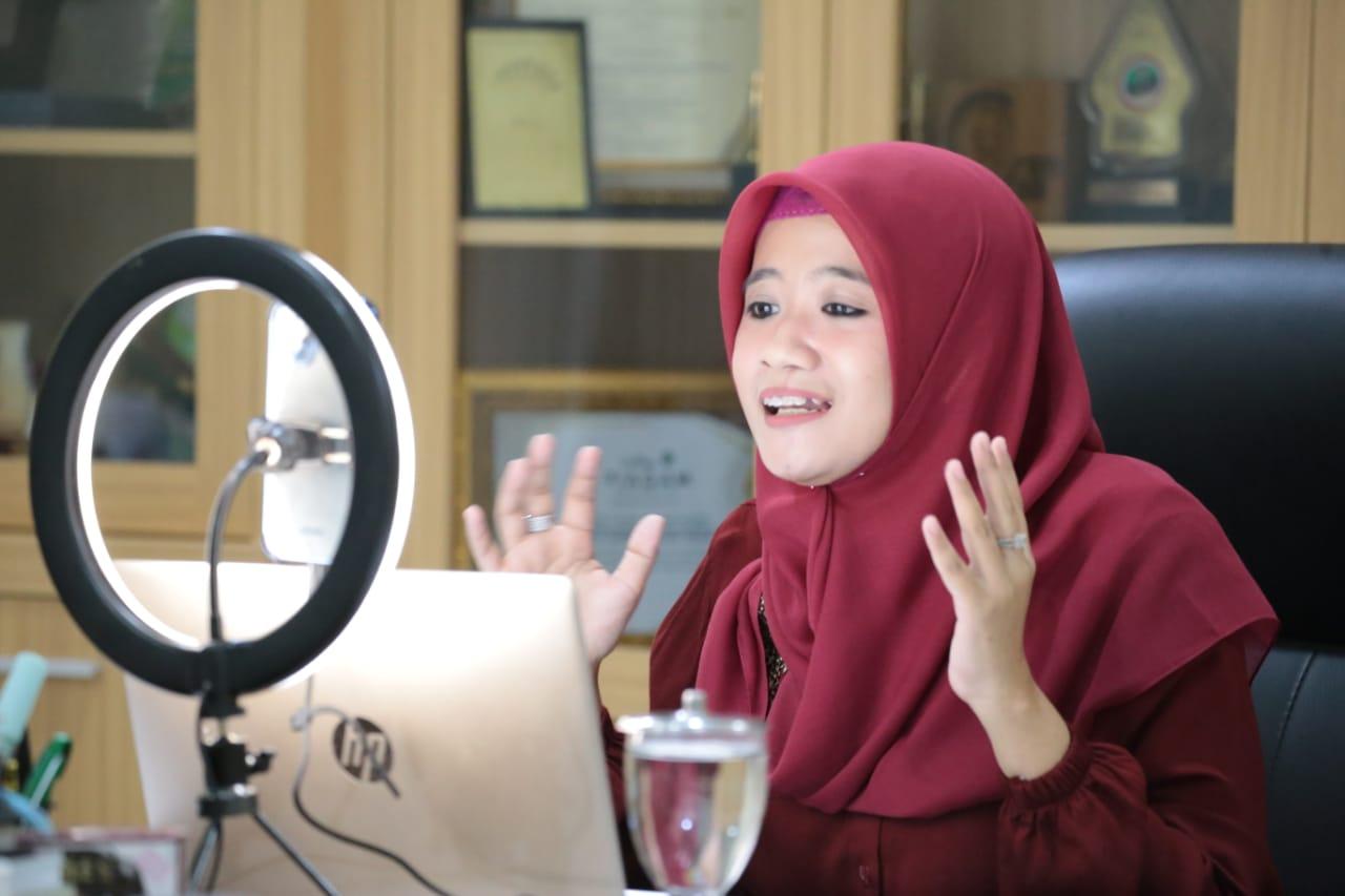 Nawal Nur Arafah, Ketua BKOW Jateng, pada acara live instagram terkait peran perempuan pesantren: Dulu Kini dan Nanti, pada Minggu (22/8/2021) malam. FOTO: Rezanda Akbar D/Lingkar.co