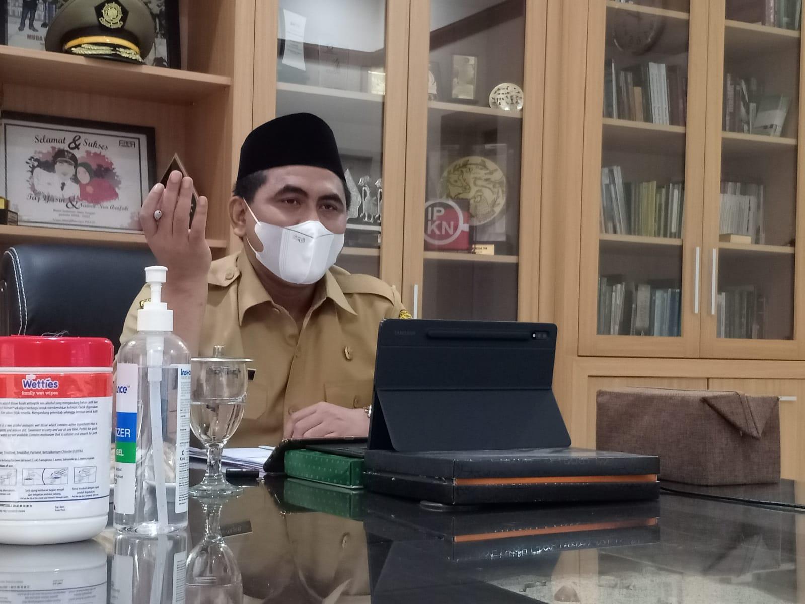Wagub Jateng, Taj Yasin Maimoen, saat mengikuti rapat penanggulangan Covid-19 secara virtual, di Rumah Dinasnya, Senin (23/8/2021) FOTO : Rezanda Akbar D/Lingkar.co