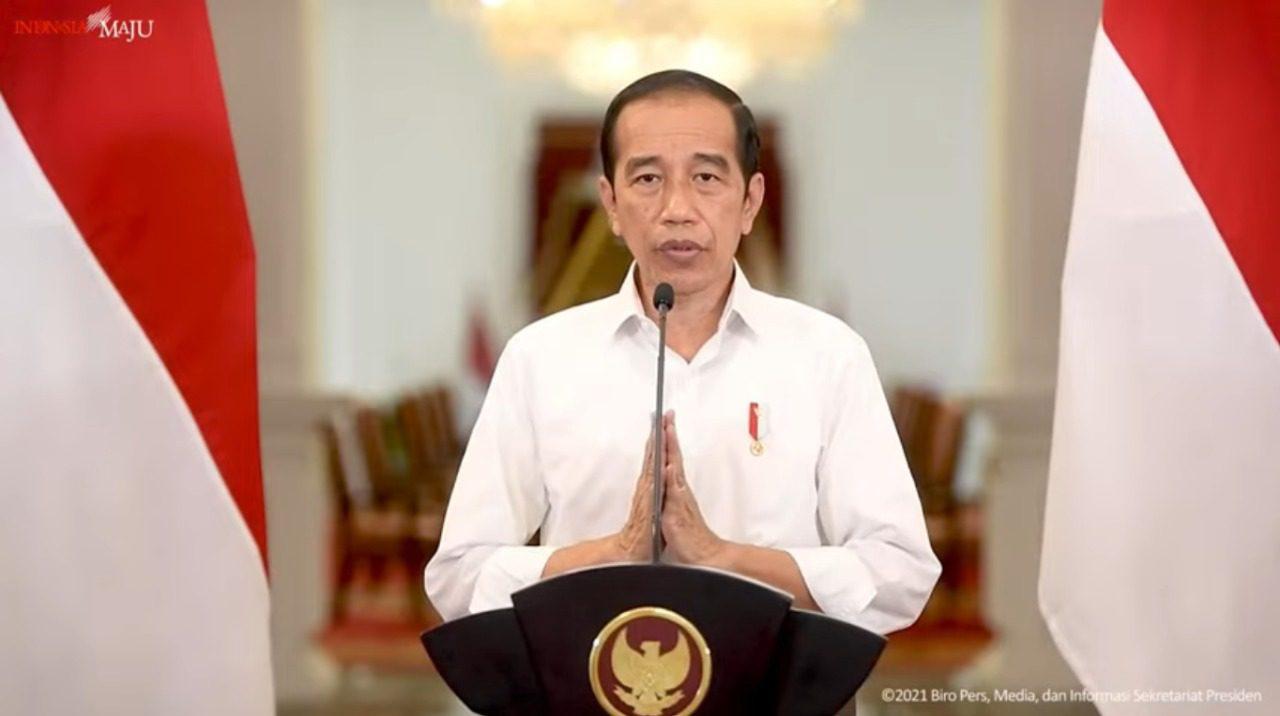 Presiden Joko Widodo (Jokowi) menyampaikan perkembangan PPKM, di Istana Merdeka Jakarta, yang disiarkan langsung kanal YouTube Setpres, Senin (23/8/2021) malam. FOTO: tangkap layar/Lingkar.co