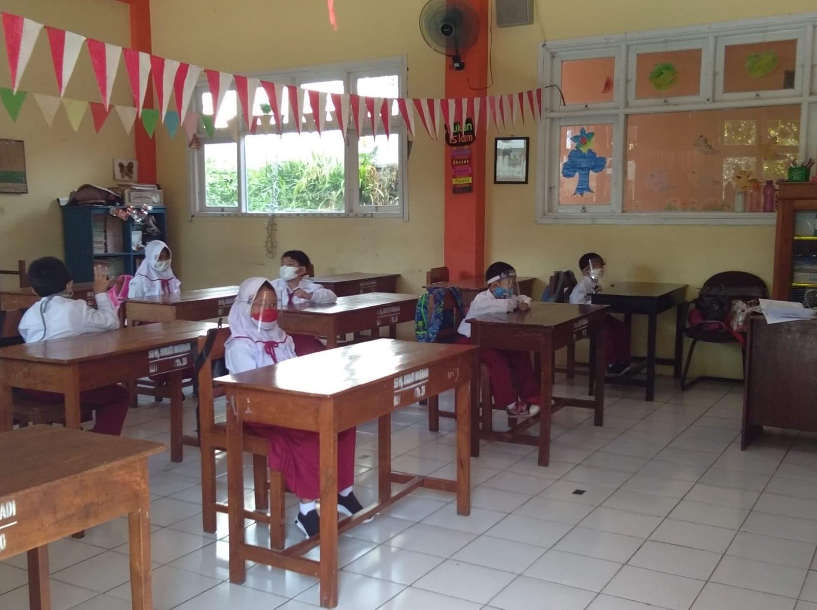 Pelaksanaan uji coba Pembelajaran Tatap Muka (PTM) pada salah satu SD di Ungaran, Selasa (24/8/2021). FOTO: M. Rain Daling/Lingkar.co