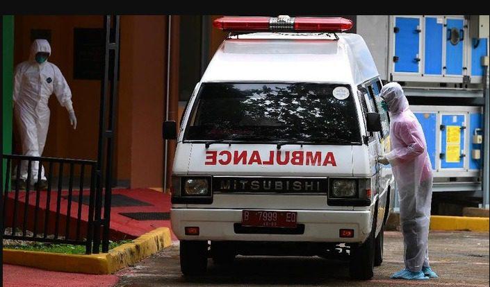 ILUSTRASI - Petugas kesehatan saat hendak membawa korban Covid-19. FOTO: ANTARA/Lingkar.co
