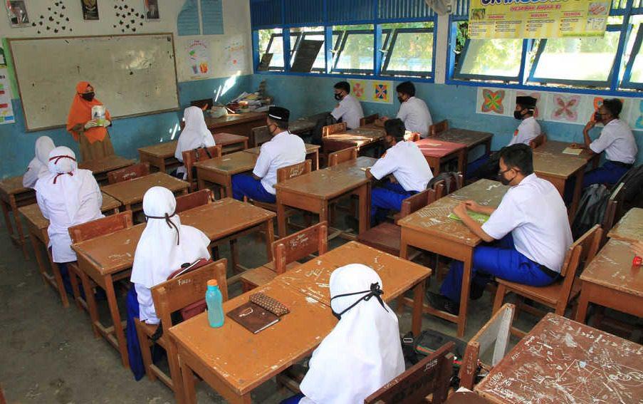 ILUSTRASI- Seorang guru sedang mengajar. Sebanyak 300 Guru madrasah bukan PNS terima insentif September 2021. FOTO: ANTARA/Lingkar.co