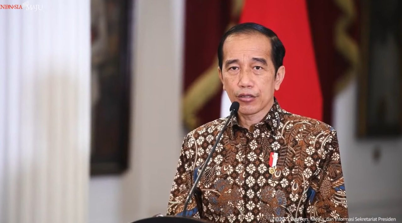 Presiden Jokowi, saat memberikan pernyataan terkait perkembangan PPKM di Istana Merdeka, melalui kanal YouTube Setpres, Senin (30/8/2021). FOTO: Tangkap layar/Lingkar.co