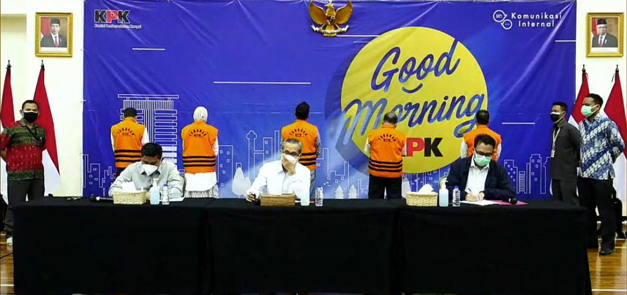 KPK menggelar konferensi pers operasi tangkap tangan (OTT) terhadap Bupati Probolinggo atas kasus dugaan korupsi jual beli jabatan kepala desa (kades), Selasa (31/8/2021) di Gedung KPK. FOTO: Tangkap layar Twitter KPK/Lingkar.co