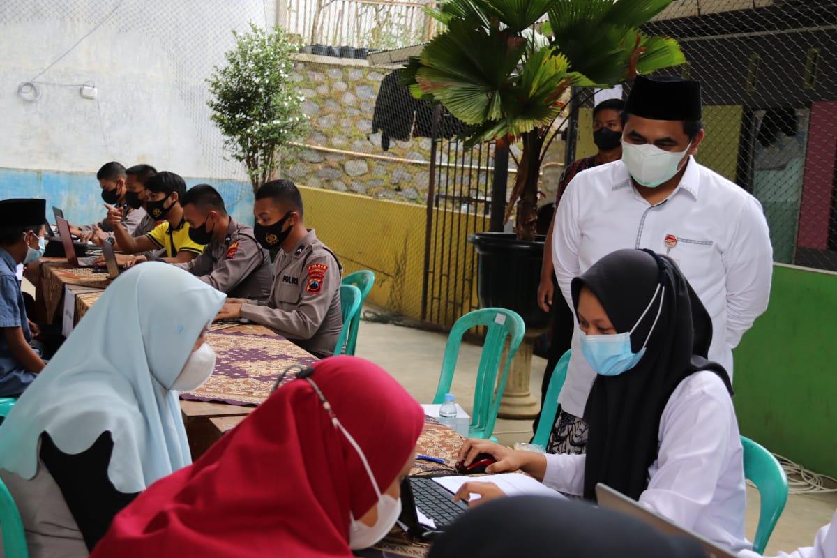 Wagub Jateng, Taj Yasin Maimoen, meninjau Vaksinasi di Ponpes Attaujieh Al Islami 2 Kecamatan Kebasen Kabupaten Banyumas, Selasa (31/8/2021). FOTO: Humas/Lingkar.co