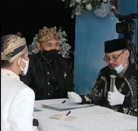Tangkap layar potongan video Penghulu Anas Fauzi, saat memberikan pesan pernikahan. Video tersebut viral di media sosial. FOTO: Twitter @YaqutCQoumas/Lingkar.co