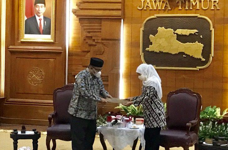 Gubernur Jatim, Khofifah Indar Parawansa (kanan) menyerahkan SPT Plt Bupati Probolinggo kepada Timbul Prihanjoko (kiri) di Gedung Negara Grahadi di Surabaya, Selasa (31/8/2021). FOTO: (ANTARA/Lingkar.co