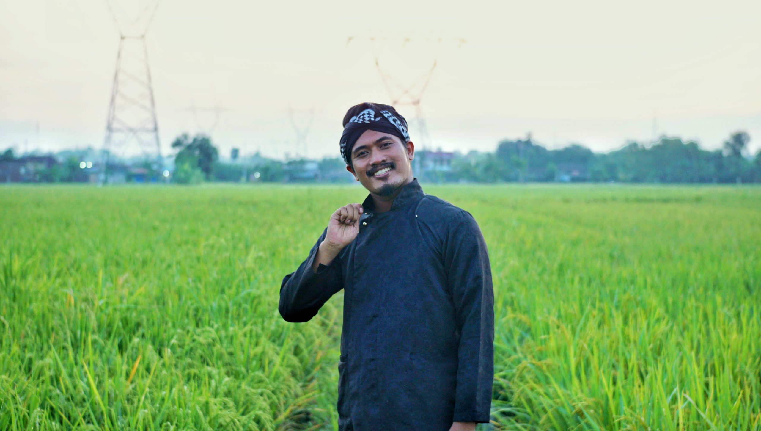 Kathul, penyanyi tembang Salah Kaprah sedang berpose. Lingkar.co