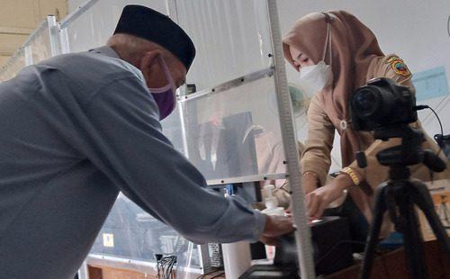 ILUSTRASI: Warga Kabupaten Pati saat melakukan perekaman data biometri dikantor kecamatan. (IBNU MUNTAHA/LINGKAR.CO)