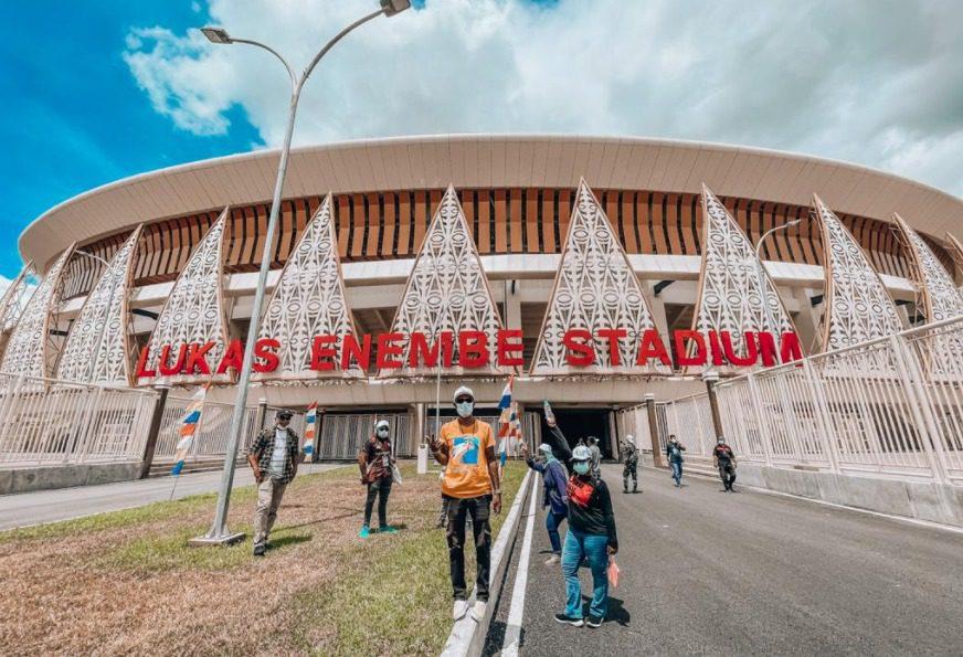 Para jurnalis berkesempatan mengunjungi salah satu venue penyelenggaraan PON XX Papua. Pemerintah mewajibkan penggunaan aplikasi PeduliLindungi untuk skrining sebelum ke arena PON. FOTO: Istimewa/Lingkar.co