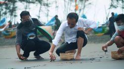 Presiden Jokowi, melepasliarkan tukik atau anak penyu bersama masyarakat anak-anak di Pantai Kemiren, Desa Griya Tegalsari, Kabupaten Cilacap, Jateng, Kamis (23/9/2021) sore. FOTO: Tangkap layar YouTube Setpres/Lingkar.co