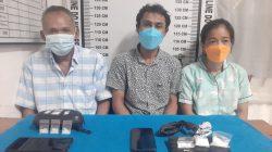 Ketiga tersangka kasus narkoba antarkota bersama barang bukti yang diamankan polisi. FOTO: Matius Gea/Lingkar.co