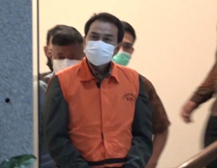 Wakil Ketua DPR, Azis Syamsuddin, mengenakan rompi tahanan KPK berwarna orange, dengan tangan diborgol, usai pemeriksaan, di Gedung KPK, Jumat (24/9/2021) malam. FOTO : Tangkap layar/Lingkar.co