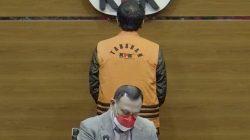 Ketua KPK Firli Bahuri, dalam konferensi jumpa pers di Gedung KPK, Jakarta, Sabtu (25/9/2021) dini hari, terkait pengumuman dan penahanan tersangka Wakil Ketua DPR RI, Azis Syamsuddin (pakai rompi orange). FOTO: Tangkap layar/Lingkar.co