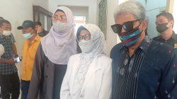Wakil Wali Kota Pematang Siantar Terpilih, dr Susanti Dewayani (Baju warna putih), menemui wartawan usai bertemu dengan Ketua DPRD setempat, di Gedung DPRD, Senin (27/9/2021). FOTO: Matius Gea/Lingkar.co