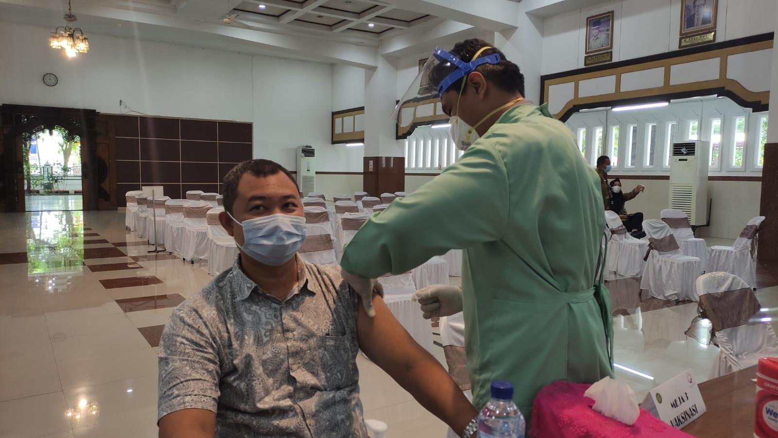 VAKSINASI: Ilustrasi warga sedang melakukan vaksinasi Covid-19 belum lama ini.