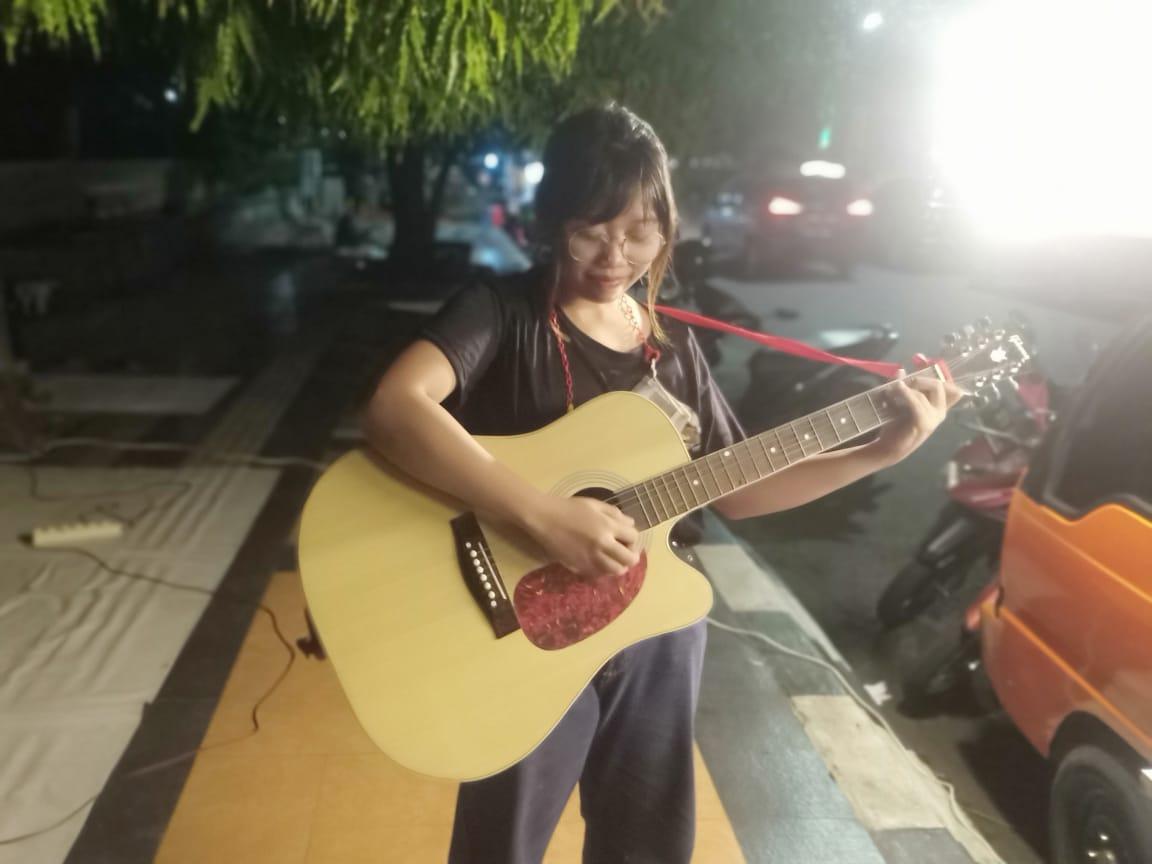 Rose, mahasiswi Universitas AKI Semarang ngamen untuk penuhi kebutuhan hidup. Rezanda Akbar D/Lingkar.co