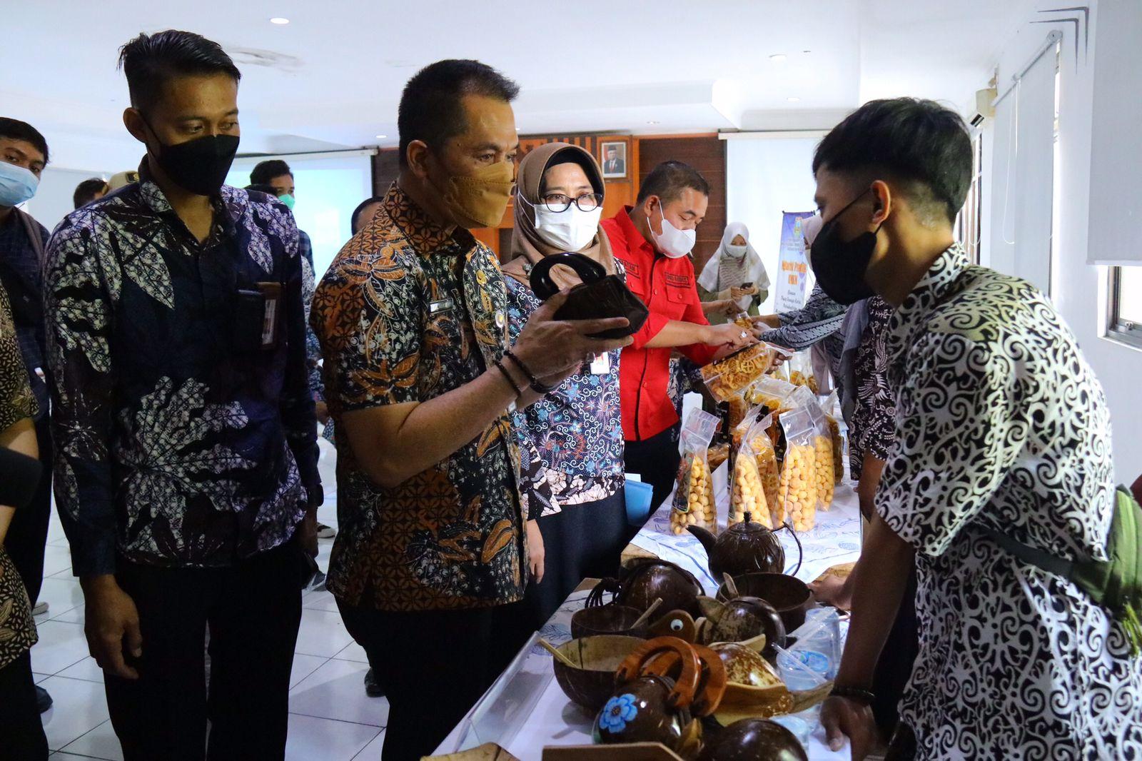 TINJAU: Bupati Kudus HM Hartopo sedang melihat-lihat produk UMKM yang ada di Kabupaten Kudus, Rabu (29/9)/Lingkar.co