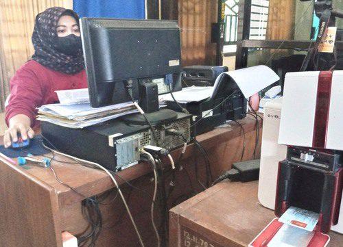 ILUSTRASI: Petugas administrasi dari Disdukcapil Pati untuk Kecamatan Jaken sedang melakukan pencetakan blangko KTP elektronik. (IBNU MUNTAHA/LINGKAR.CO)