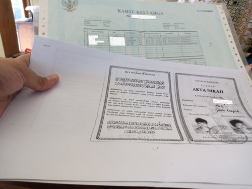 ILUSTRASI: Kartu Keluarga lama dan fotokopi buku nikah masyarakat Kabupaten Pati. (IBNU MUNTAHA/LINGKAR.CO)