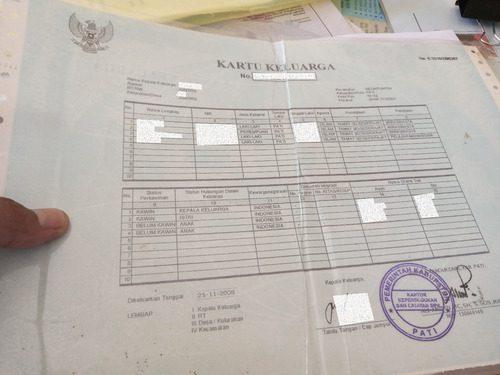 ILUSTRASI: Kartu Keluarga yang masih tercetak pada blangko dan terdapat tanda tangan serta stempel basah. (IBNU MUNTAHA/LINGKAR.CO)