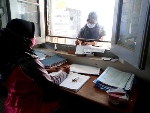 ILUSTRASI: Masyarakat Kabupaten Pati sedang melakukan permohonan berkas kependudukan pada kantor kecamatan. (IBNU MUNTAHA/LINGKAR.CO)